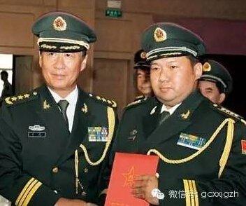 2010年7月,刘源(时任军事科学院政委)为毛新宇颁发少将军衔命令状