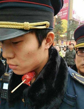 """重庆一城管执法中遭竹签""""穿喉"""" 涉事摊主被控制"""