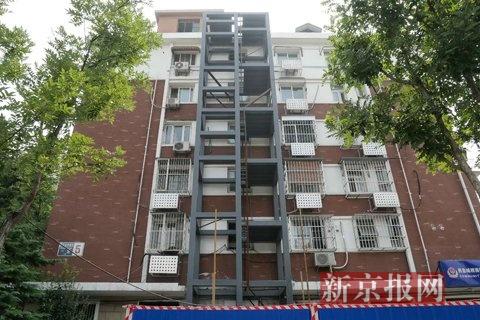 5号楼外墙,钢结构的外挂电梯立柱已经成型.新京报记者 王嘉宁 摄