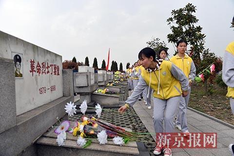 """部队和地方代表150余人祭奠""""98抗洪""""烈士"""