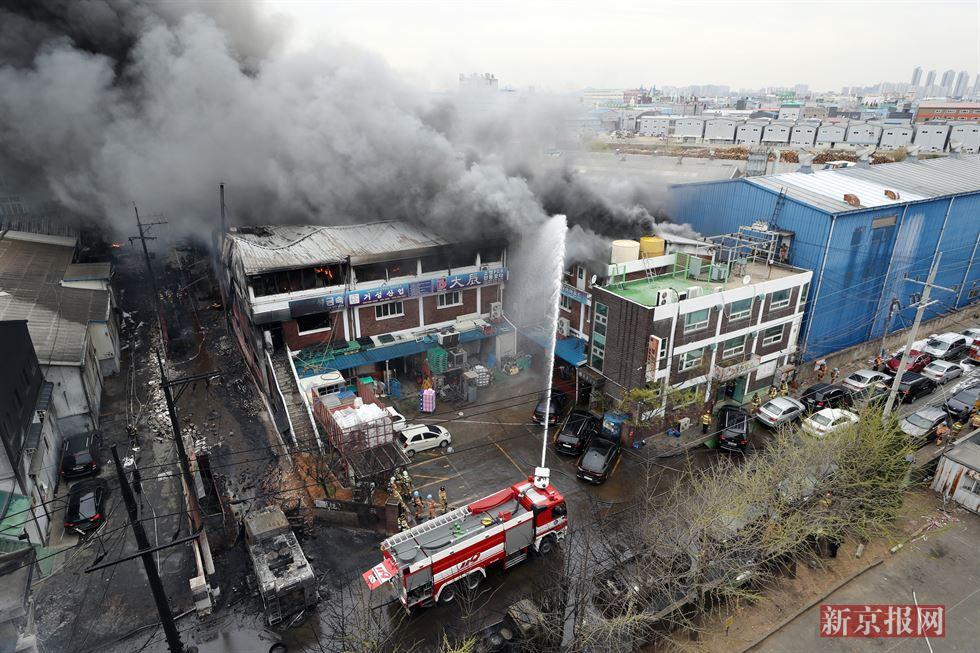实拍:韩一化工厂起火消防车烧毁 或泄漏有毒物质