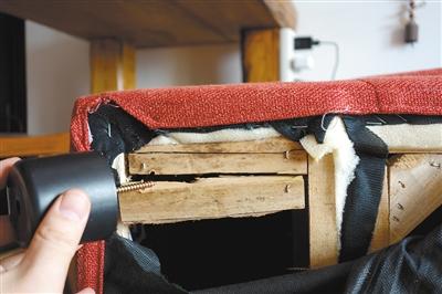 毕女士将沙发拆后,发现里面的木架是断的,而且木料类似于边角料.