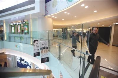 北京多家商场防护栏高度不一 相关标准为不得低于1.05米